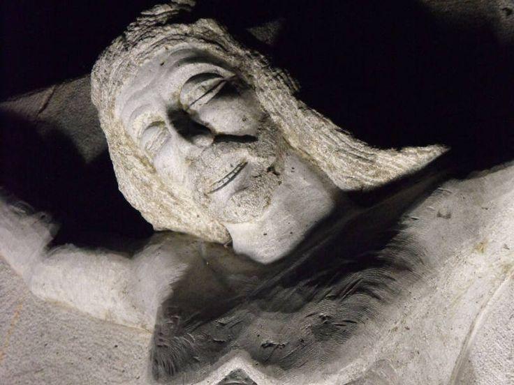 Una serie di fotografie dedicate al monumento scultura del Cristo crocifisso, posto al termine della Via Crucis nella città di Melfi.