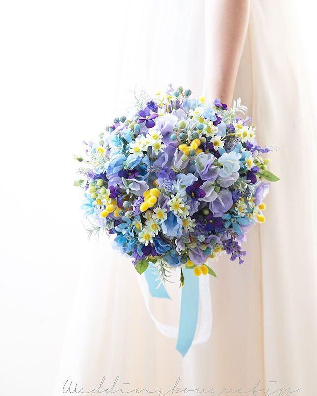 . . 成人の日 早朝から、ヘアーメイクや 晴れ着の着付け、楽しいけど 晴れの日は、準備が大変ですね 、 花嫁さまも同じかもしれない、 たくさんの準備をして 晴れの日を迎えられます 、 そんな花嫁さまの強い味方 造花ブーケは 早めに準備して、 保存しておくことができますので 楽で安心で、おすすめです๑˃̵ᴗ˂̵) 、 、 昨日の続き 紫のお花のナチュラルクラッチブーケ 上から見たところです⭐️ 、 みんな小さいお花たち 優しい可愛いブーケなんです💕 、 #weddingbouquet  #bouquet  #wedding  #weddingflorist  #ウエディングブーケ  #ウェディングブーケ #クラッチブーケ #プレ花嫁  #2018春婚  #前撮りブーケ  #海外挙式 #ロケーションフォトウェディング  #結婚準備 #カラードレス  #ナチュラルクラッチブーケ #完成品ブーケ #造花ブーケ