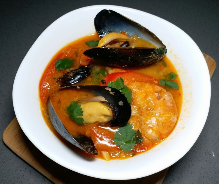 By now you should know that we are big fans of Thai food. We are even bigger fans of seafood. This dish is a new take on the tom yum goong dish but combines the sweet taste of fresh mussels, coconu…