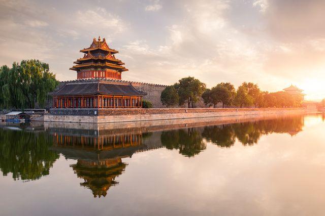 Mixe improbable d'hutongs, de gratte-ciels, de palais mongoles ou encore de quartiers entiers dédiés à des galeries d'art… Pékin maîtrise l'art d'équilibrer tradition et ultra modernité. Et pour visiter cet hot spot culturellement dense, voici 14 adresses capitales à découvrir à travers la ville.