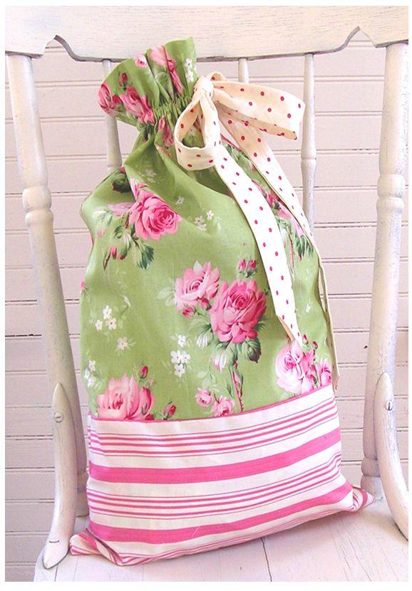 Bolsa para la ropa combinando dos telas.  Laundry bag.