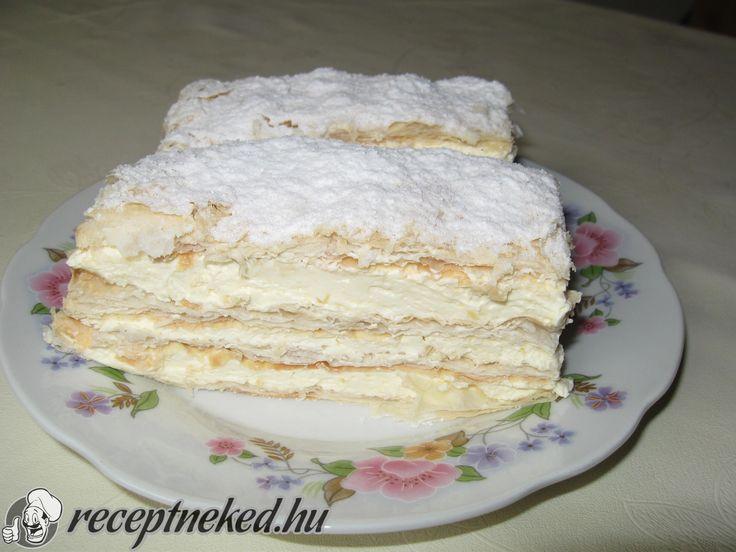 Hozzávalók: 50 dkg fagyasztott leveles tészta 3 csomag vaníliás pudingpor 6 dl víz 5 evőkanál cukor 6 dl habtejszín 1 csomag vaníliás cukor Elkészítése: A