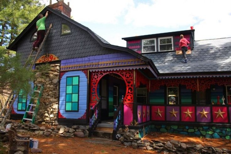 In the middle of the woods in High Falls, New York, you'll be amazed at a home that you never imagine from a fairy tale. Like the candy house in Hansel and Gretel. Minus candy and child-eatin…