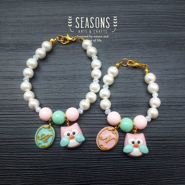 Now we are giving a closer look of our #momdaughter #handmadebracelet How cute it would be? :) #owlclay #owlcharm #pastelcolor…