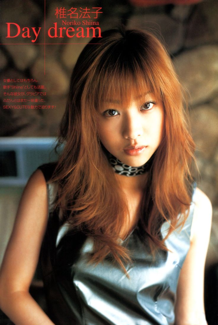 黒い皮の服にスカーフを首に巻いた格好いい椎名法子