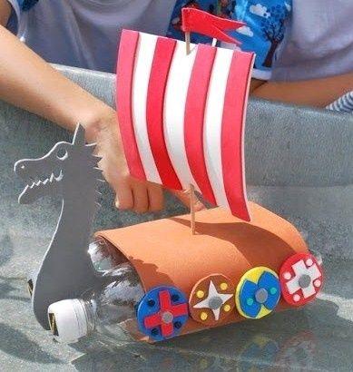 Récup : faire un bateau miniature pour les enfants- bonne idée le bateau avec petite bouteille et mousse!