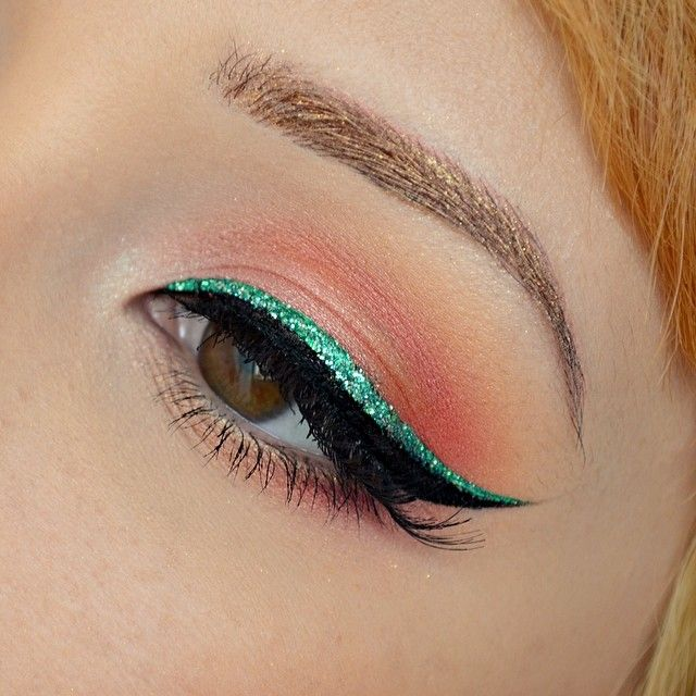 Love her peach eye makeup with the green glitter liner x