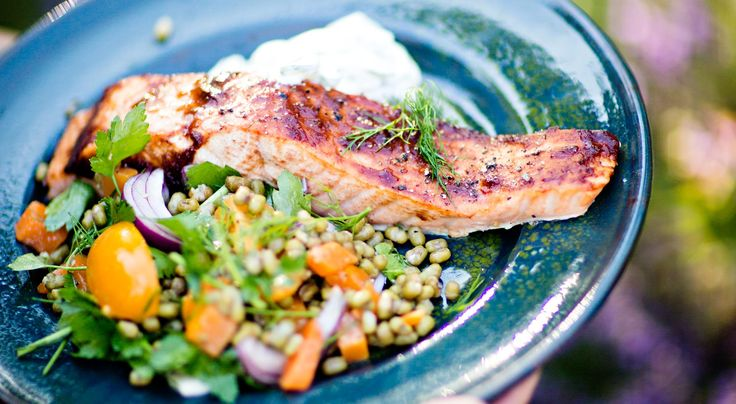 Recept på lax på planka med bourbonglaze. Blötlägg grillplankan ca 3 timmar. Bra att servera från, men tänk på att undersidan blir sotig.