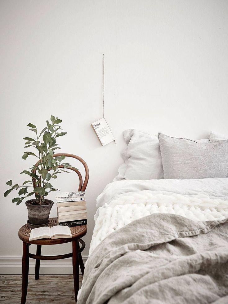 Une bonne idée pour décorer le mur de la chambre avec un livre #MinimalistBedroom