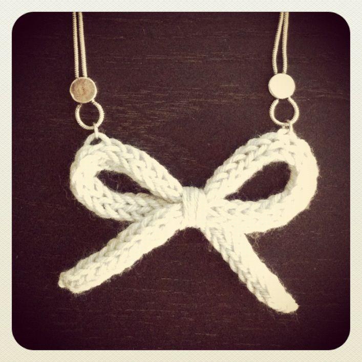 Bonjour, bonjour, Je ne sais pas vous mais moi j'adore les nœuds! Sous toutes leurs formes et dans toutes les matières. Et avec l'arrivée de l'automne, j'avais envie d'un noeud en lain…