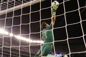 La espectacular atajada de campeonato de Claudio Bravo ante Argentina que dio la vuelta al mundo | Emol.com