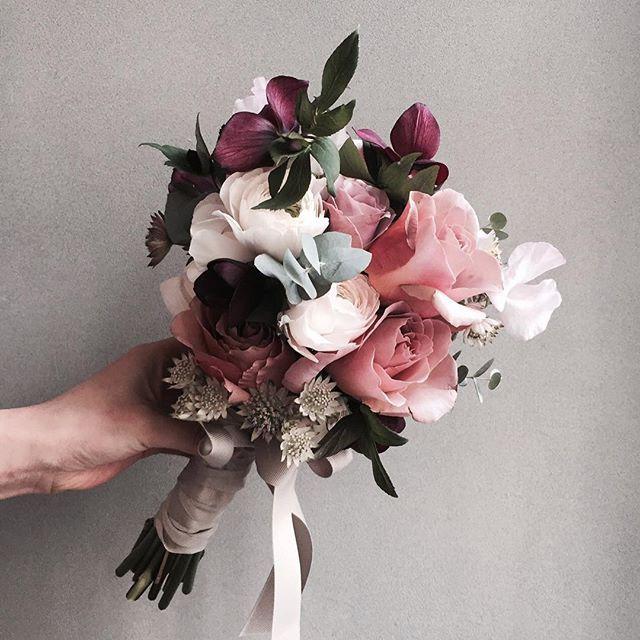 Katalk ID vanessflower52 #vanessflower #vaness #flower #florist #flowershop #handtied #flowergram #flowerlesson #flowerclass #바네스 #플라워 #바네스플라워 #플라워카페 #플로리스트 #꽃다발 #원데이클래스 #플로리스트학원 #화훼장식기능사 #플라워레슨 #플라워아카데미 #꽃스타그램 . . . #부케 #bouquet #헬레보루스 #카페라떼장미 . . . 오늘 웨딩 클래스에서 만든 헬레보루스믹싱부케 언젠가 웨딩촬영하면 꼭 들고 싶은
