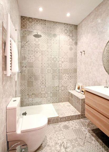 Baño En Dormitorio Pequeno: baño pequeño con ducha Baldosa hidráulica en paredes y suelo More