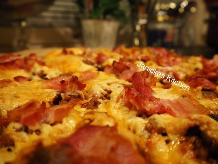 Kjempe god LCHF-pizza og som smaker pizza. Veldig enkel bunn.