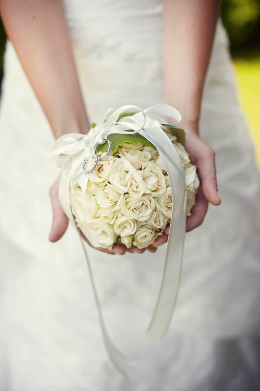 Ringkissen aus Blumen Rosen Kugel weiß