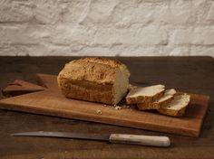 Pão rápido integral   #ReceitaPanelinha: Fazer pão em casa não é um bicho de sete cabeças. Nesta versão, você não precisa sovar, nem esperar a massa fermentar. É pão caseiro express!