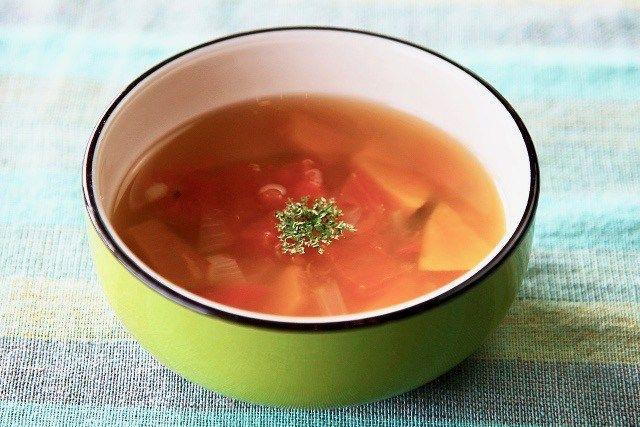 5月17日「ホンマでっか!?TV」で放送された、佐藤秀美先生のレシピ「鶏ハムの美肌サラダ・豆乳マヨネーズ和え」と「蒸し大豆とトマトの美肌スープ」の作り方をご紹介します。 簡単にできる美肌料理ということで、ヘルシーな鶏むね肉を使い特製豆乳マヨネーズで和えるサラダと、美肌に良い大豆を使ったレシピです。 ぱさつきがちな鶏むね肉は、低温で加熱ししっとりおいしく仕上げます。豆乳マヨネーズは美容効果もバッチリ♪ぜひ作ってみてくださいね。 教えてくれたのは、食物学のスペシャリスト 佐藤秀美先生 調理担当は、加藤綾子(カトパン)アナウンサーでした。  鶏ハムの美肌サラダ 豆乳マヨネーズ和え・レシピ ・特製豆乳マヨネーズは、美肌に嬉しい抗酸化物質がたっぷり!  材料 2人分  <鶏ハム> ・鶏むね肉 1枚(300g) ・水 900cc (鶏肉重量の3倍) ・コンソメ顆粒 適量 _______ サニーレタス 適量 グリーンカール 適量 トマト 1/2個 _______ <豆乳マヨネーズ> ・無調整豆乳 50ml美肌 ・エクストラバージンオリーブオイル 50g ・ケチャップ 大さじ1・1&#...