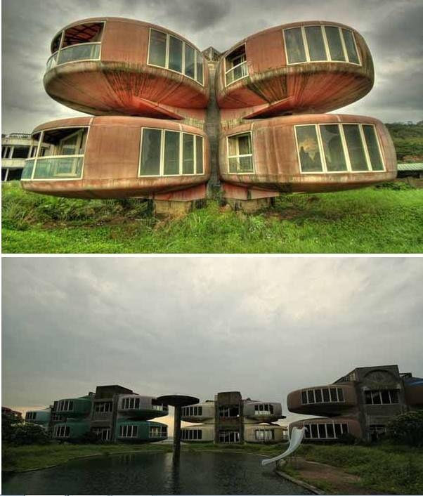 San Zhi, Taiwan   Localizado ao norte de Taiwan, este resort futurista, começou a se construir como um local turístico para pessoas ricas. No entanto, após vários acidentes durante a construção e falta de dinheiro, levou ao abandono do projeto. Com o tempo vieram as lendas, dizem que os espíritos dos trabalhadores vivem nessas casas abandonadas.