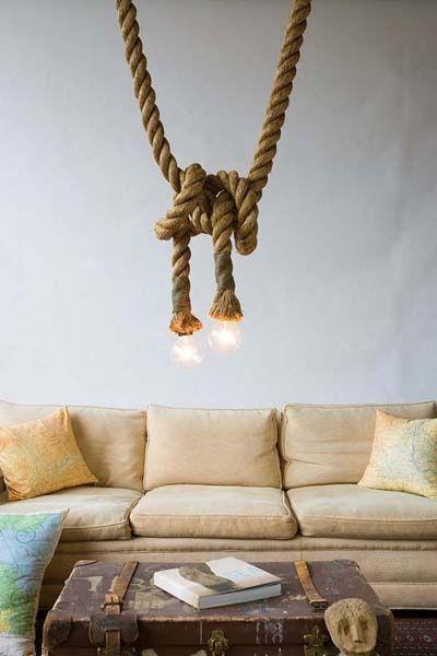 Salon: Une déco bord de mer avec de la corde de bateau pour tenir les luminaires