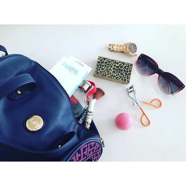 Llevamos muchas cosas en nuestras carteras, y una de estas son los productos de plume! Quieres saber más? Entra al link en el bio  #plume #black #purse #make #mac #eos #tfgif #blog #newpost #picoftheday #blogger #tommy #makeup #tips #follow #like #followme #pictureoftheday #instalike #instapic