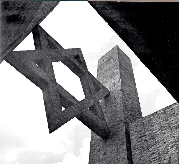 Las Torres de Entrada, por Mathias Goeritz para la Sinagoga Maguen David, Polanco, México. 1985.