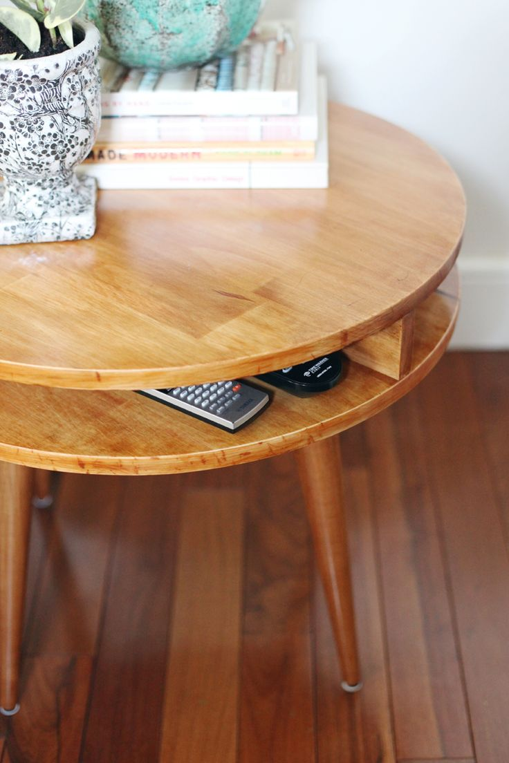 DIY Side table.  Gros travaux en perspective. Peut être juste changer le look d'un meuble e changeant les pieds (comme ceux là : http://www.homedepot.com/p/Waddell-16-in-Round-Taper-Table-Leg-2516/100554141)