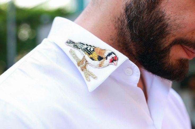 Gola de camisa masculina com aplicação de patches