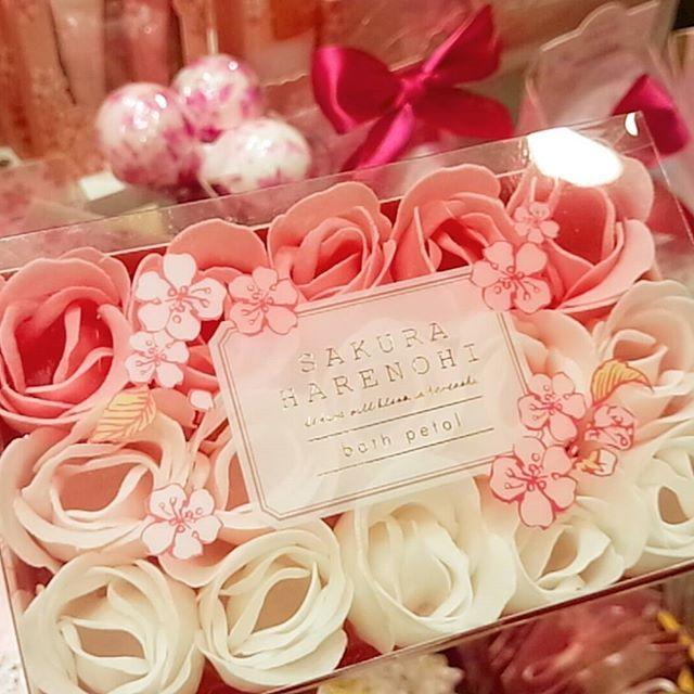 【yui_smile_】さんのInstagramをピンしています。 《いいにお~い♡  花びらを一枚一枚湯船に浮かべるバスペタル🌹  形は薔薇だけど香りは桜🌸 花びらが溶けると泡風呂にも♡  お友達にちょっとしたお礼の品で探しててやっと見つけられた😊我が家にも女子4人いるので自分ちの分も買っちゃった🌸 楽しみだなぁ(*´∀`*) #入浴剤 #バスペタル #花びら #バラ #ローズ #桜 #泡風呂 #花 #香り #プレゼント #お風呂 #楽しみ #バスタイム #優雅 #初売り #flower #bathtime #rose》