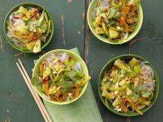 Scharfe Gemüsenudeln - mit Ananas und Erdnüssen - smarter - Kalorien: 310 Kcal - Zeit: 40 Min. | eatsmarter.de  #rezept #rezepte #eatsmarter #ananas #gesund #exotisch #obst #frucht #gemuesenudeln #nudeln #erdnuesse #erdnuss #nuesse #moehre #karotte #zucchini #leicht #lowcarb