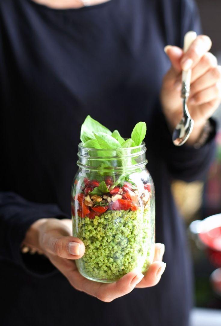 Kasza jaglana z pesto, pieczoną papryką, orzechem i owocem granatu