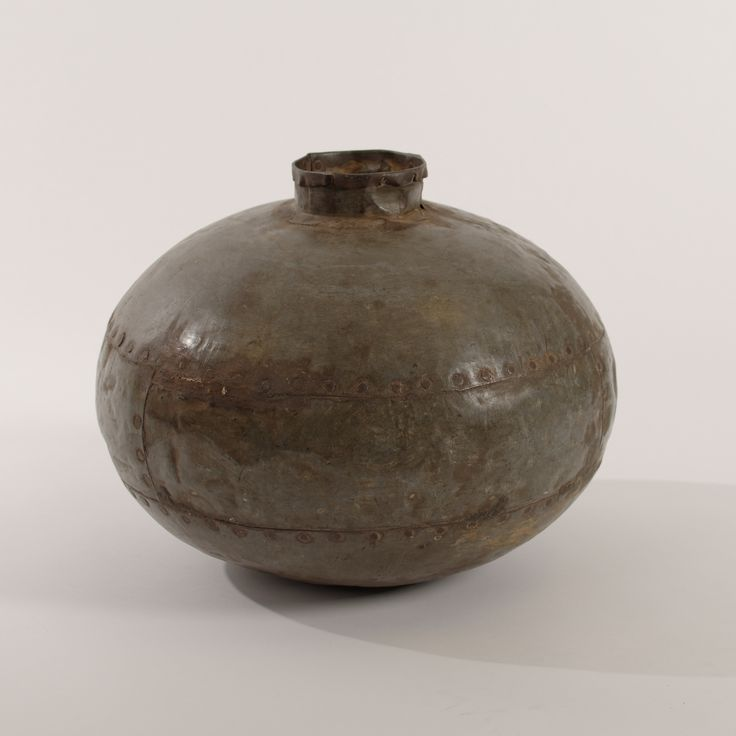 Waterpot vintage uit india. Deze waterpot werd in India gebruikt om water in te halen. Erg mooi met wat takken erin. De klinknagels zijn nog zichtbaar. Uniek item. www.buitengewoonmooi.com