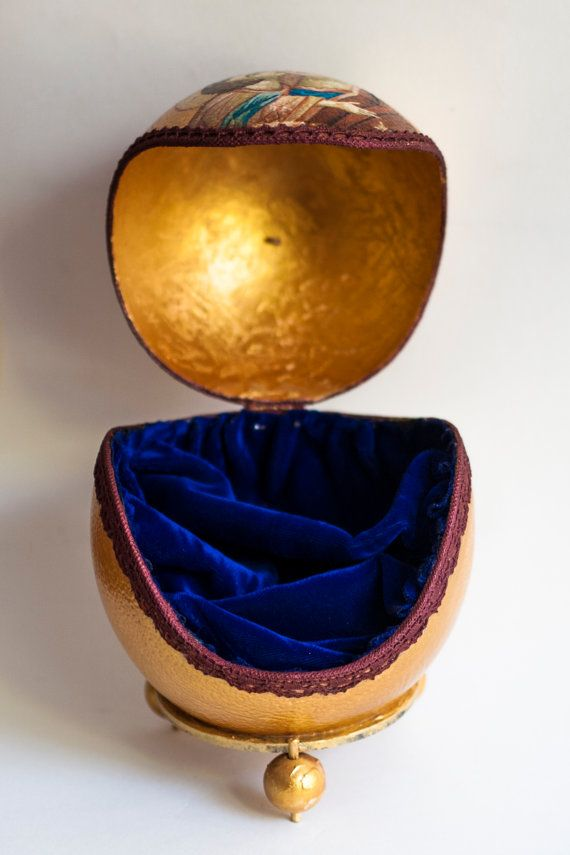 Decorative coffer made from a real ostrich egg, with lace, gold leaf and a great care for detail. The shell is strenghtened with special resine and