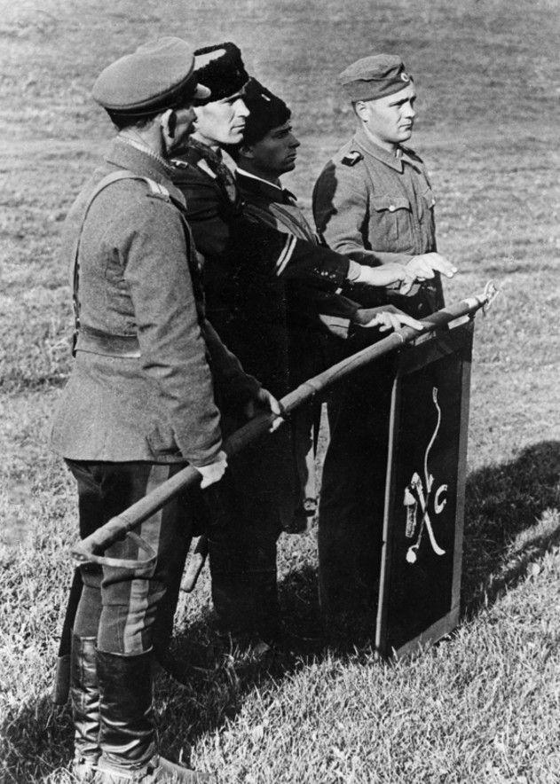 Les volontaires des peuples de Russie prêtent serment sur un drapeau orné du fouet, du sabre et du fer à cheval des anciens régiments de la ...