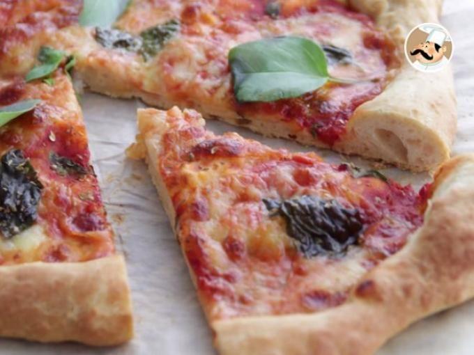 Faites-vous plaisir en dégustant une pizza margarita, comme en Italie ! Le tout en un clin d'oeil bien sûr grâce à la recette de Ptitchef, présente également en version vidéo à la fin ;-) - Recette Plat : Pizza margherita moelleuse par Ptitchef_officiel