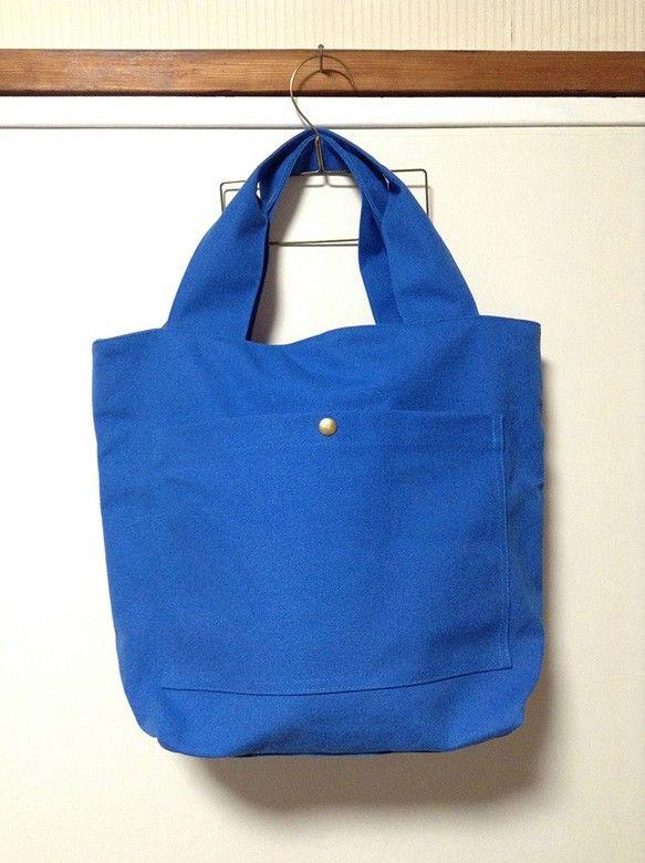 1泊2日の旅行にちょうど良い大きさの、綺麗なブルーの8号帆布のファスナー付トートバッグです。荷物の多い方の通勤用にもおすすめです。外側に1つ、内側に2つ、ポケ...|ハンドメイド、手作り、手仕事品の通販・販売・購入ならCreema。