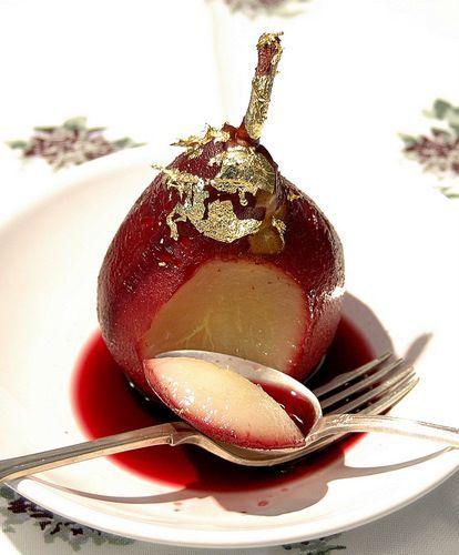 Груши-пашот в красном #вине: 1. Очистить #груши от кожицы (4 шт.) 2. Смешать в небольшой кастрюле вино с сахаром, лимонным соком, ванилином и корицей (Вино красное полусухое - 360 мл; Сахар-песок - 180 г; Лимонный сок - 2 ст. л.; Ванильный экстракт - 2 ч. л.; Корица - 2 ч. л.) 3. Поставить на огонь и довести до кипения, чтобы вино слабо кипело, и положить в него груши. 5. Варить 18-20 минут, очень аккуратно переворачивая их через каждые 5 минут. 6. Достать груши из вина и остудить.