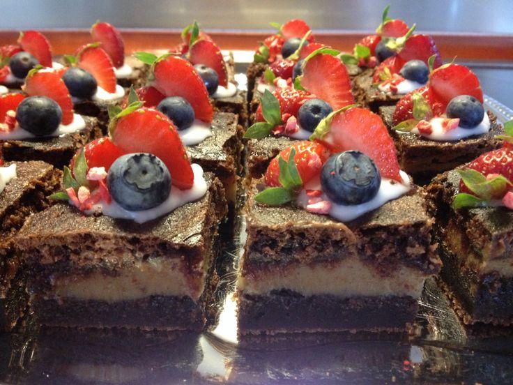 Brownie med karamel, pyntet med jordbær og blåbær