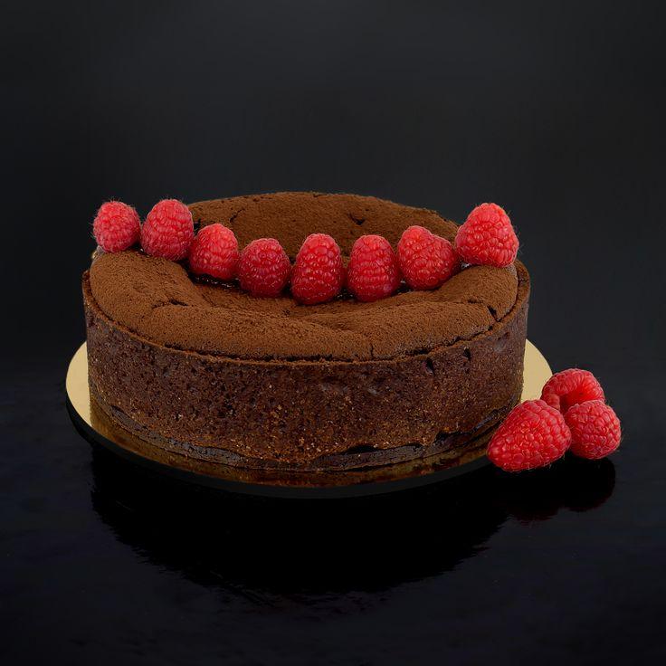 Torta Cioccolato lampone, un nostro classico. L'impasto al cioccolato fondente viene contrastato da lamponi freschi.