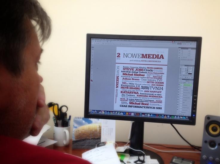 """Artur Tarasiewicz pracuje nad okładką drugiego wydania """"Nowych Mediów"""", jak to wszystko pomieścić...?"""