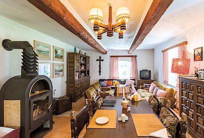 Starožitný nábytek se tu snoubí s tím starším i novějším a pohodlí a pohoda jsou zaručeny.