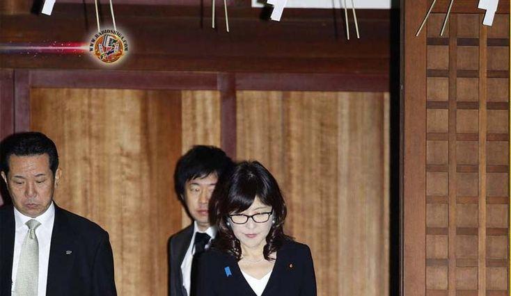 Ministra da Defesa visita o santuário de Yasukuni, um dia depois de retornar de Pearl Harbor. A ministra da Defesa do Japão foi ao polêmico santuário...