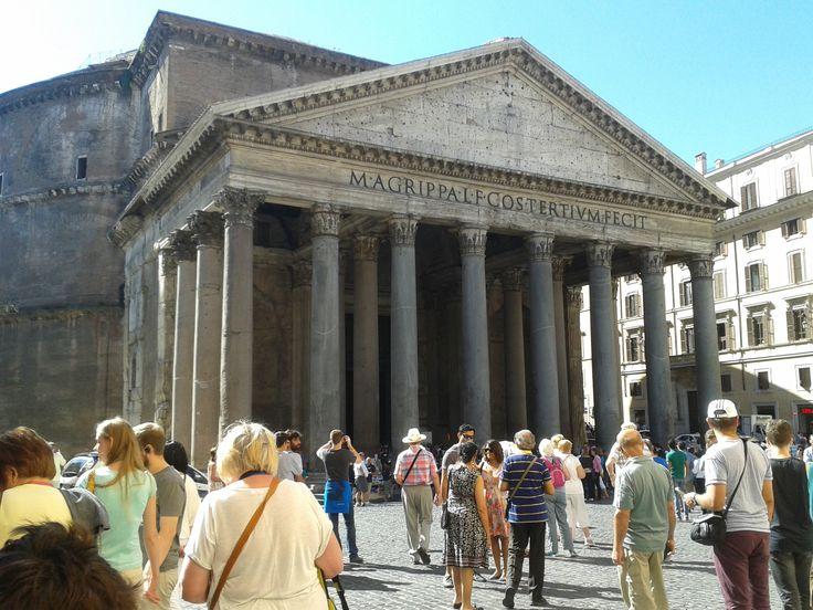 El Panteón de Agripa o Panteón de Roma. Templo de planta circular erigido en Roma por Adriano, entre los años 118 y 125 d.C. completamente construido sobre las ruinas del templo erigido en el 27 a. C. por Agripa, destruido por un incendio en el año 80. Dedicado a todos los dioses (la palabra panteón, de origen griego significa «templo de todos los dioses»).