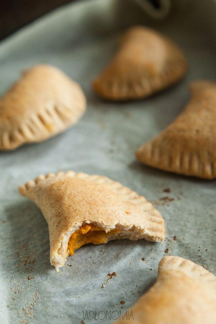 jadłonomia · roślinne przepisy: Pieczone pierogi z dynią i masłem migdałowym