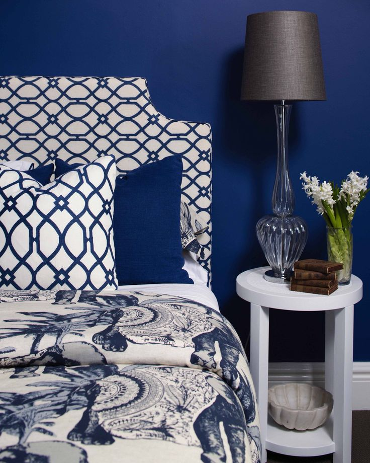 What a wonderful way to end the week! We love the way Lynne Bradley Interiors has used Porter's Paints Vatican Blue as a base and then played with pattern and texture in similar shades to create a restful space. Gorgeously captured by @craigwallphoto