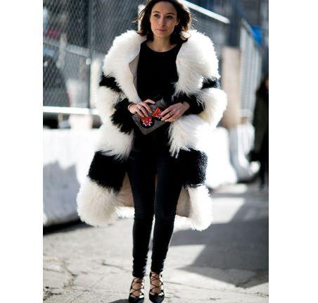 Moda uliczna na NYFW jesień-zima 2016/2017 Street style New York Fashion Week outfit white fuur
