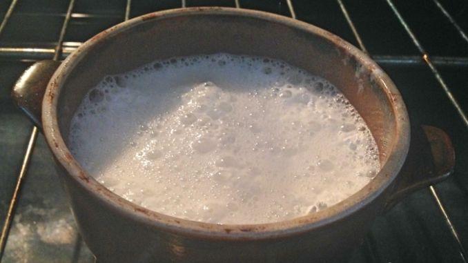 2-3 Päckchen Backpulver mit 150 ml Wasser und Essigessenz in einem ofenfesten Gefäß vermischen und für 45 Minuten in den Backofen stellen. Danach lässt sich der Backofen problemlos reinigen.