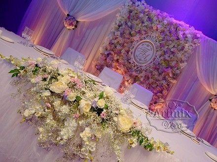 Панно на свадьбе из роскошных живых цветов. Свадьба в Манеже 1 Кадетского корпуса на Университетской набережной дом 13