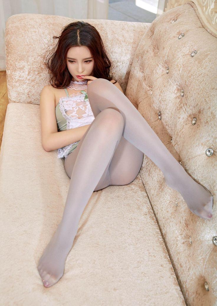 Фото женщина раздвинула ноги в колготках лежала кровати