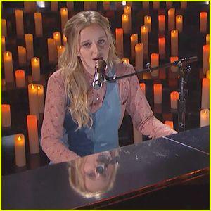 """13-Year-Old Evie Clair Ofrece Emocional 'Alas' actuación en """"America's Got Talent' (Video)"""