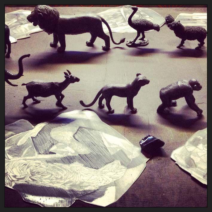 tavolo, animali giocattolo, vetri e disegni di minerali